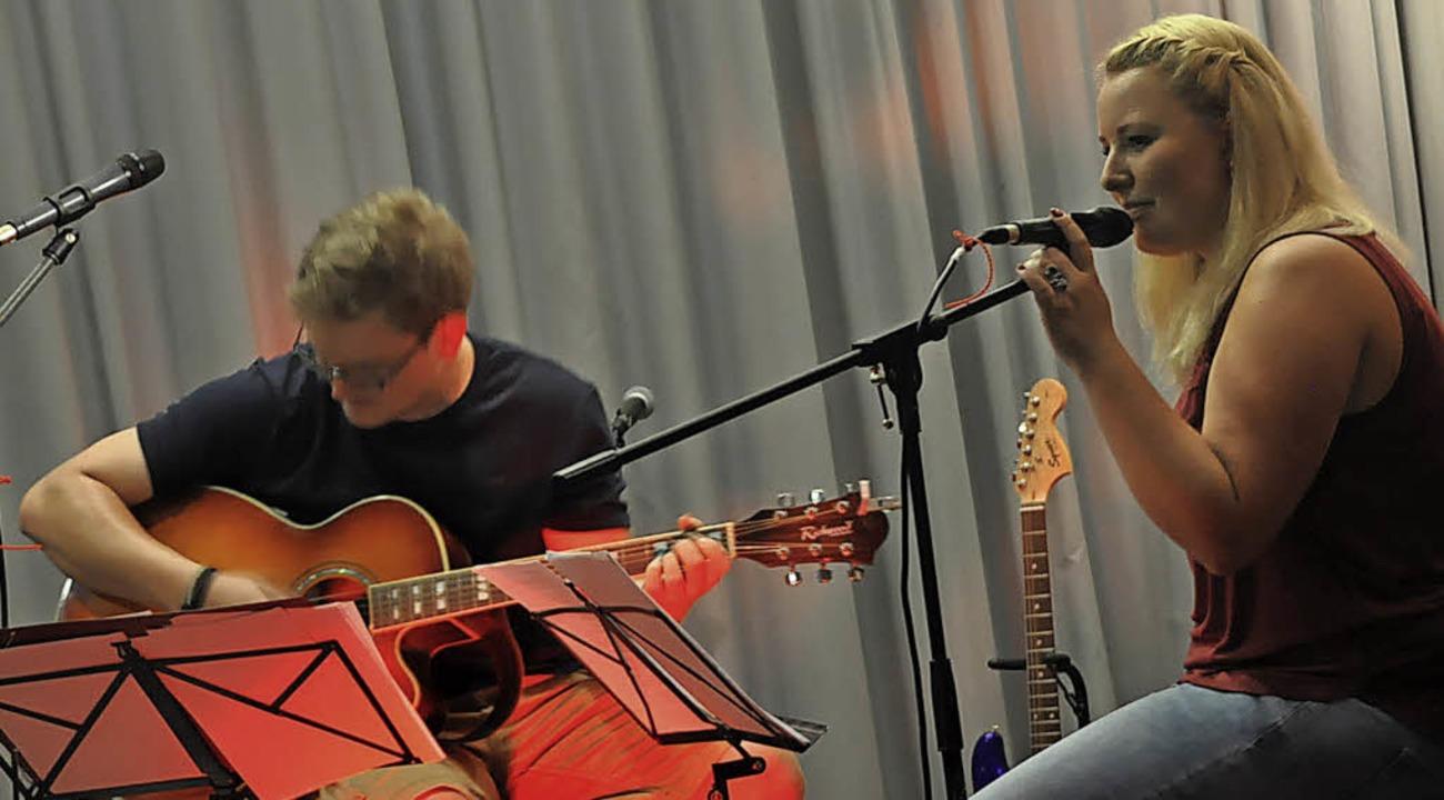 Lena Schmidt singt, begleitet von Christian Haube     Foto: Herbert Geisler