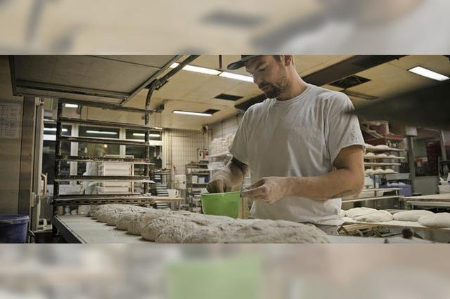 Studierende drehen in der Backstube ein Video über das Backhandwerk