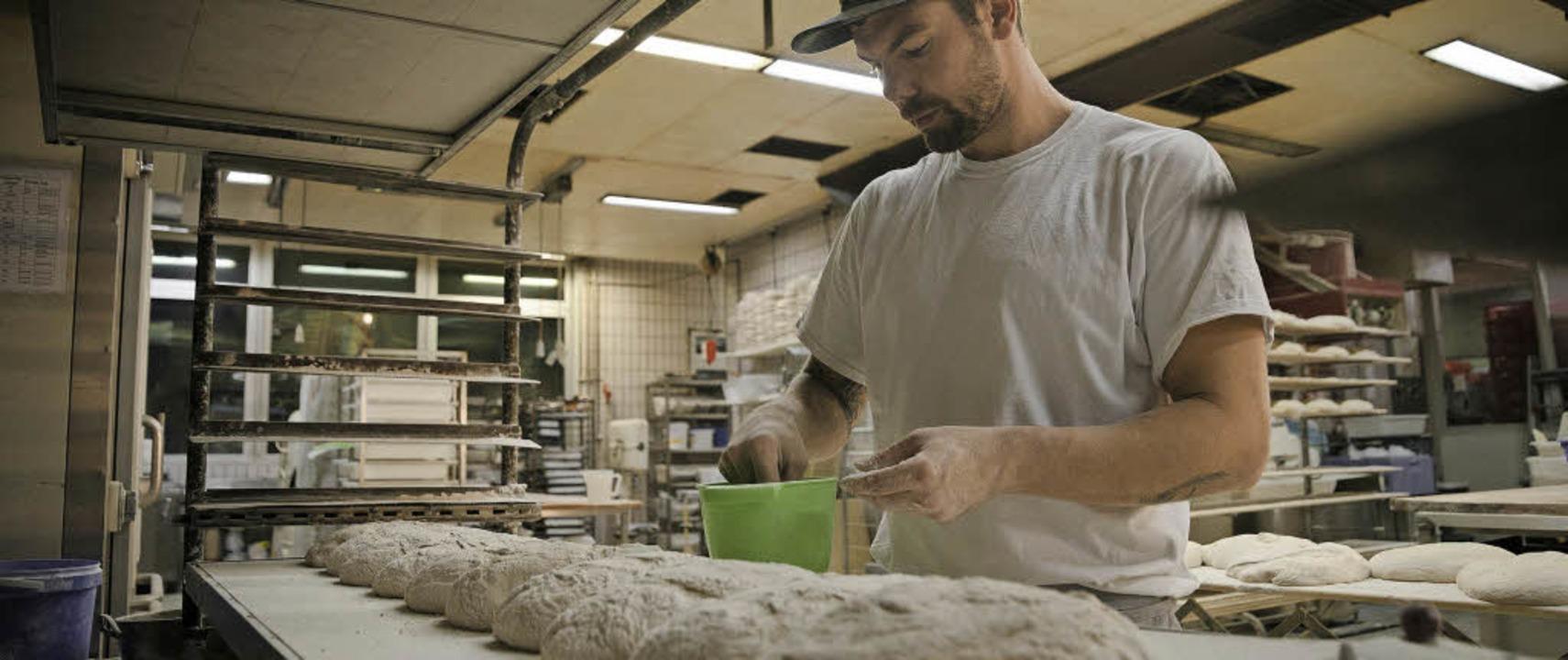 Bäckermeister Michael Schulze von der ...ei Pfeifle bei der nächtlichen Arbeit   | Foto: Lennart Fritze