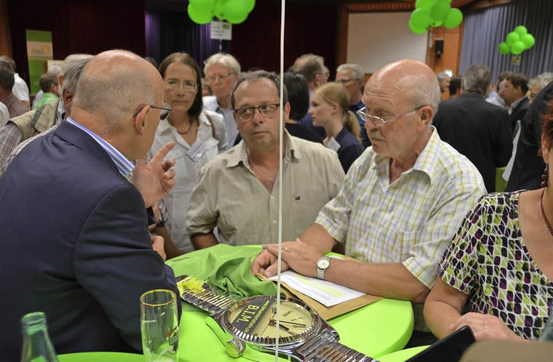 Gerd Meyer und Lothar Meyer (rechts) s...ann auf das Thema Breisgau-S-Bahn an.   | Foto: Peter Stellmach