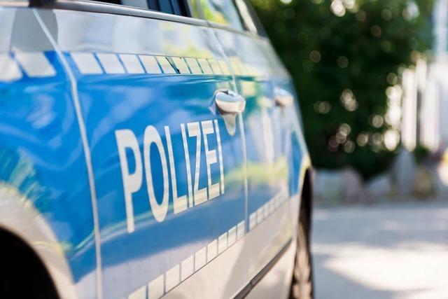 23-Jähriger schlägt Scheibe von Polizeiauto ein