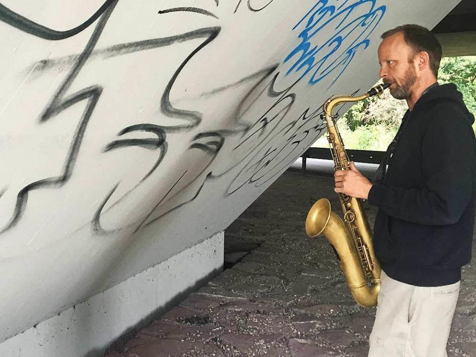 Saxophonspieler Johan unter der Brücke an der Dreisam.  | Foto: Gina Kutkat