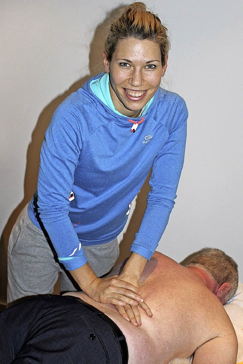 Physiotherapeutin Lena Venohr behandelt einen Patienten.  | Foto: Mario Schöneberg