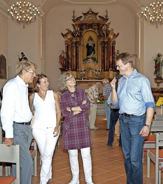 Der Kirchenhistoriker Peter Zürcher (r...te den Kreuzweg von Georg Scholz vor.   | Foto: Helmut Rothermel