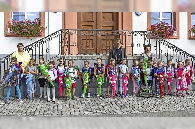 Jungen und Mädchen starten in die Schulzeit