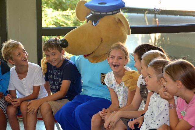 Ein Känguru in blauer Polizeiuniform