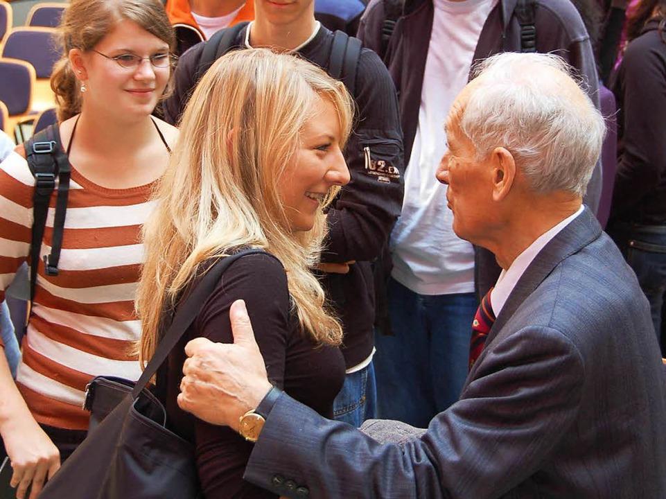 Schüler gratulieren Heinz Drossel zum 90.  | Foto: Sylvia Timm