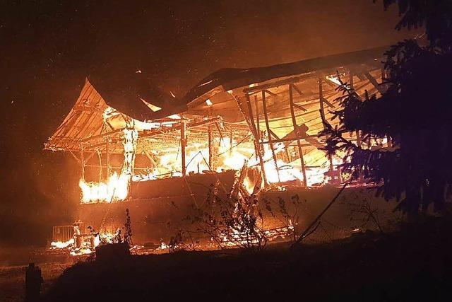 Schwieriger Löscheinsatz bei Großbrand im Gewerbegebiet