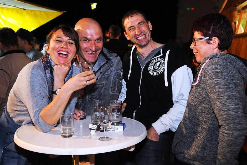 Beim Bürgerfest wurde in den Vereinsbuden gefeiert, die Fahrgeschäfte waren vor Ort, es wurde gegessen und getrunken. (Foto: WOLFGANG KUENSTLE               )
