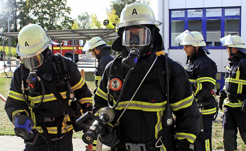 Die ersten Atemschutzträger machen sic...im Gebäude nach Verletzten zu suchen.   | Foto: Mario Schöneberg