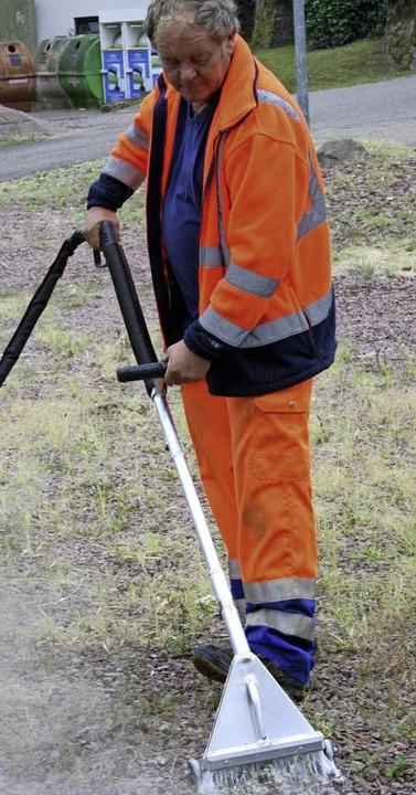 So geht's: Werkhof-Mann Jürgen Walliser mit der dampfenden Unkraut-Lanze.    Foto: Ralph Lacher