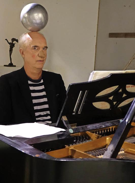 Christian Rabe in clownesker Aufmachung war einer der sechs Pianisten.   | Foto: Roswitha Frey