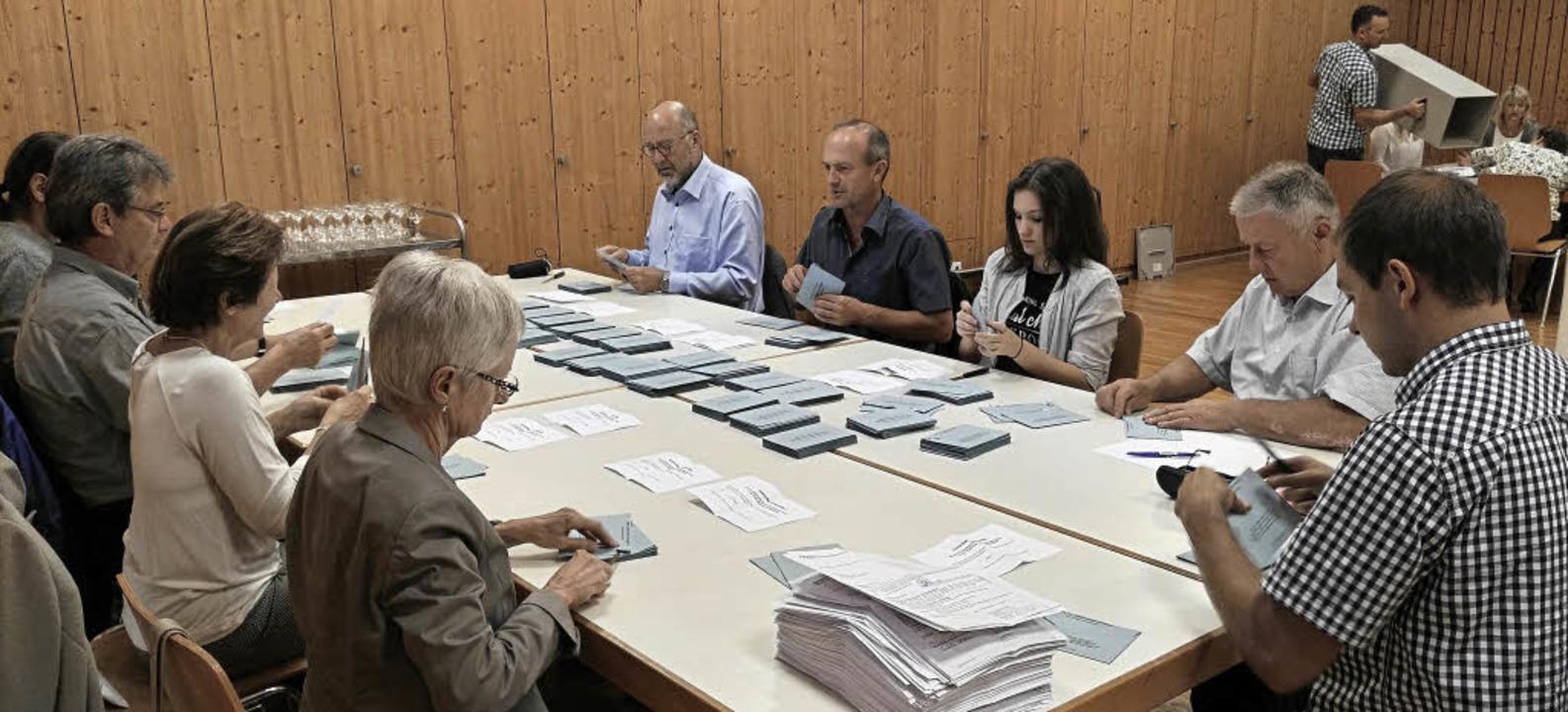 Kurz nach 18 Uhr beginnt im Vier-Säule...orsprung von 67 Stimmen durchgesetzt.   | Foto: Martin Wendel