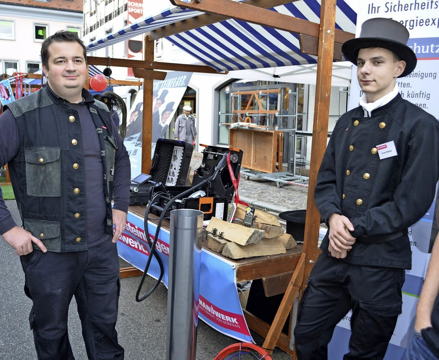 Joachim Schultis aus Winden (links) be... Berufsalltag eines Schonsteinfegers.     Foto: Nikolaus Bayer