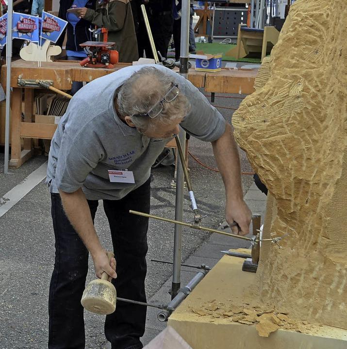 Steinmetz Bernd Haar arbeitet an der K...artin Schubnell (rechts, Foto rechts).    Foto: Nikolaus Bayer