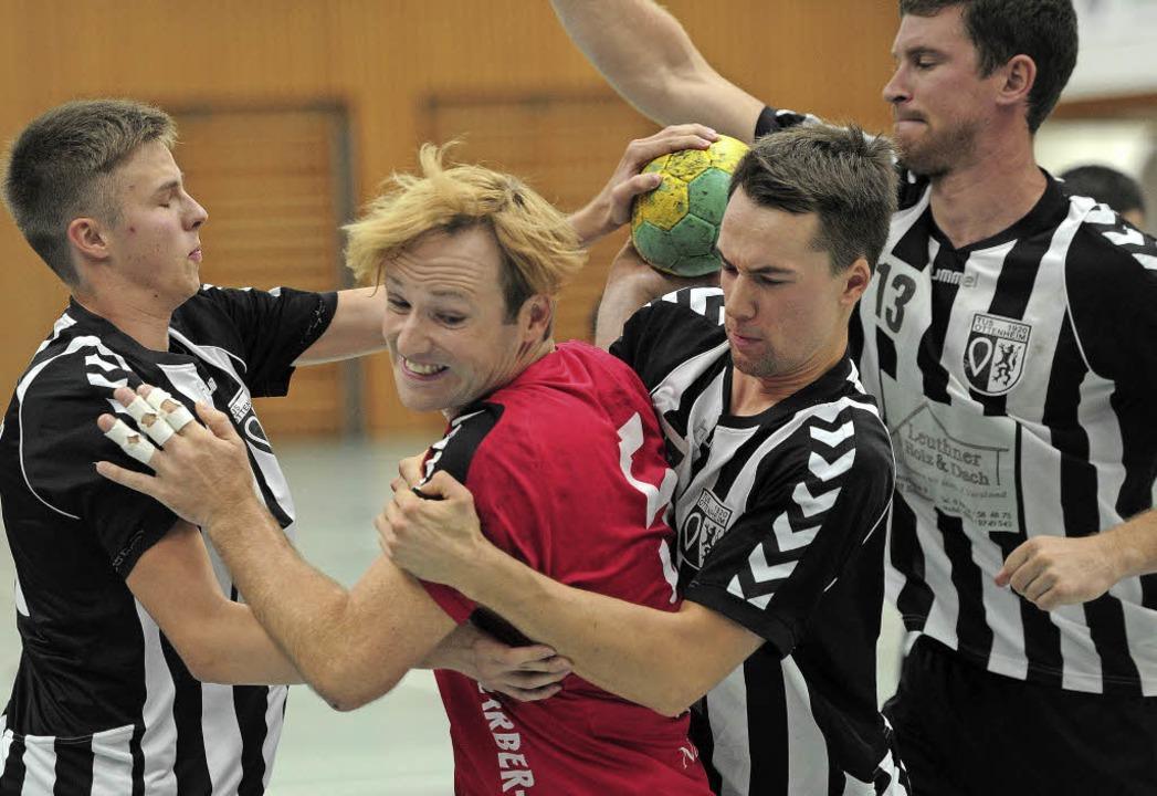 <BZ-FotoAnlauf>Bezirksklasse:</BZ-Foto...eimer bemühen sich um Christian Hatt.   | Foto:  Pressebüro Schaller