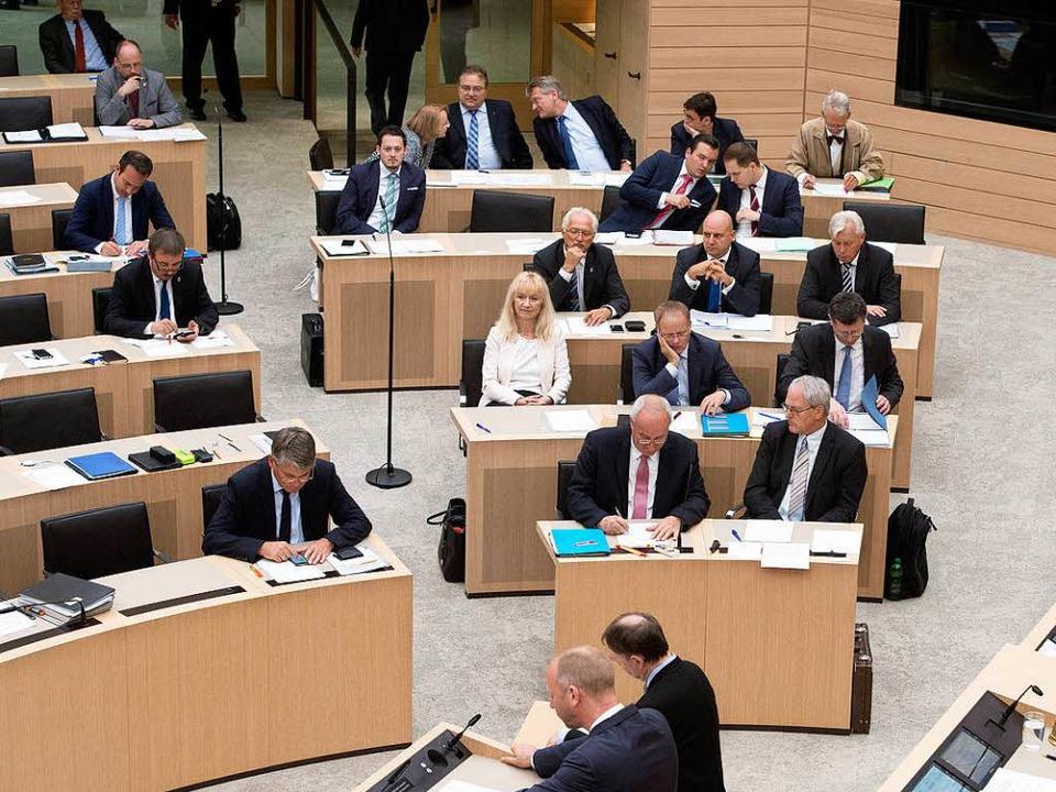 Rechts sitzt die AfD: Blick in den Stuttgarter Landtag.  | Foto: dpa