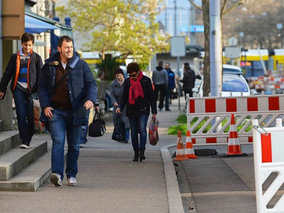 Grenzgänger aus dem Elsass und Südbade...rtschaft der Basler Kantone  wichtig.   | Foto: Guy Greder