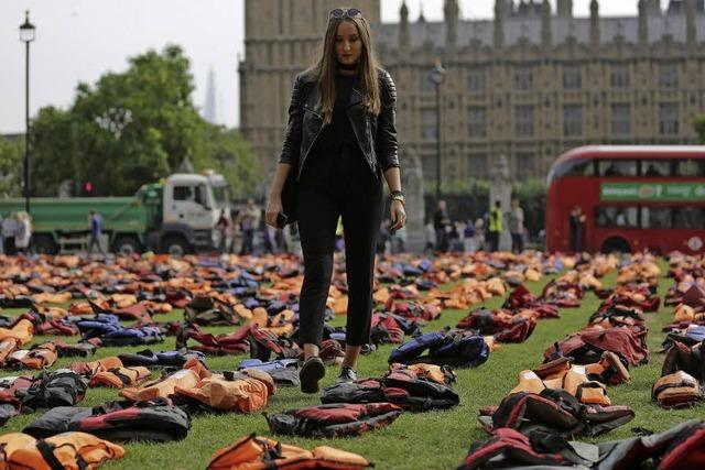 2500 Rettungswesten vor dem Parlament