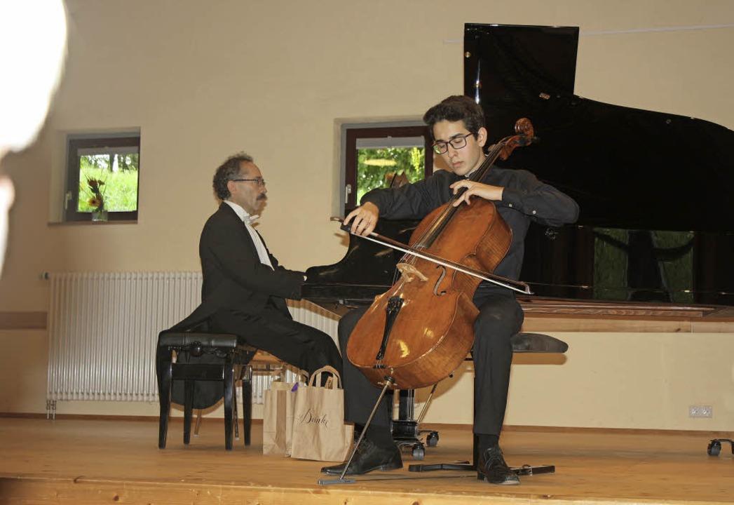 Manuel Lipstein (Cello) und sein Vater... verabschieden sich mit einer Zugabe.   | Foto: Hildegard Karig
