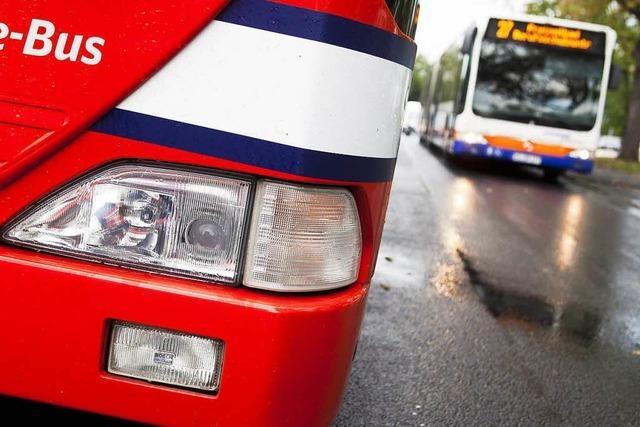 Auto streift Linienbus in Lörrach – Fahrer haut ab