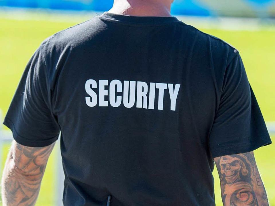 Ein Helfer eines Sicherheitsdienstes (Symbolbild)  | Foto: dpa