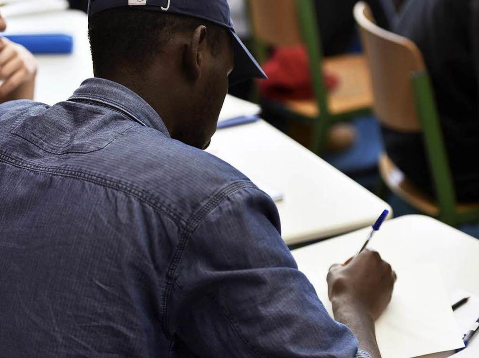 Die Jugendlichen üben Dialoge über Einkaufen im Geschäft zu schreiben.  | Foto: Thomas Kunz