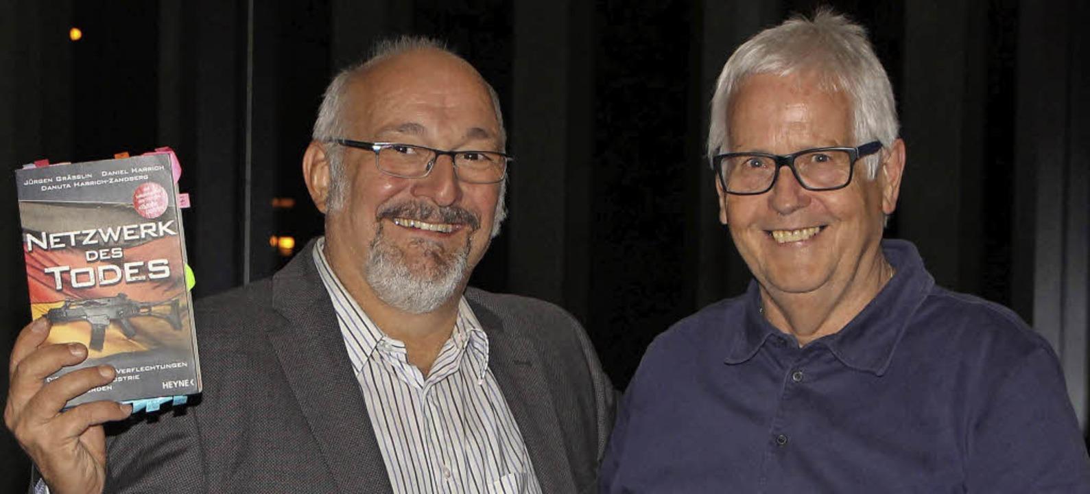 Jürgen Grässlin (links) referierte auf...ung von Dietmar Krieger in Offenburg.   | Foto: Peter-Michael Kuhn