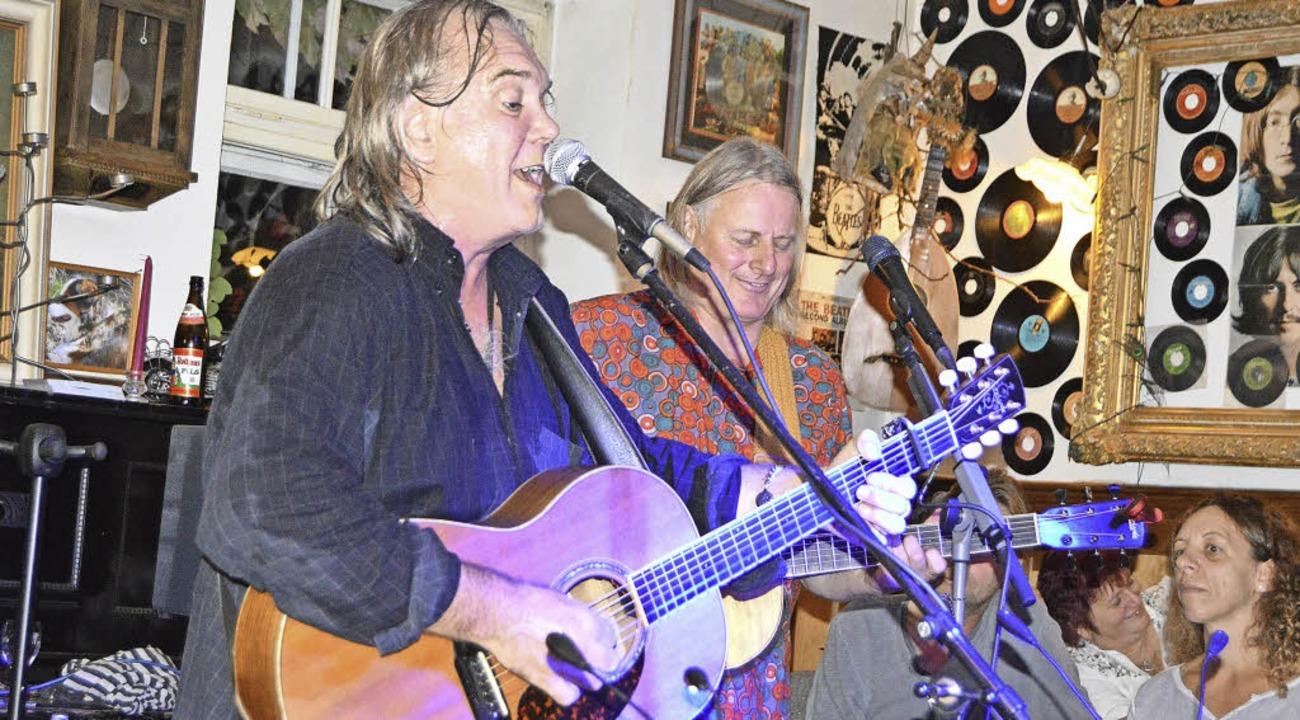 Nigel Crowson (links) und Gisi Cramer ...kum im Gasthaus Lamm in Gündelwangen.   | Foto: Privat