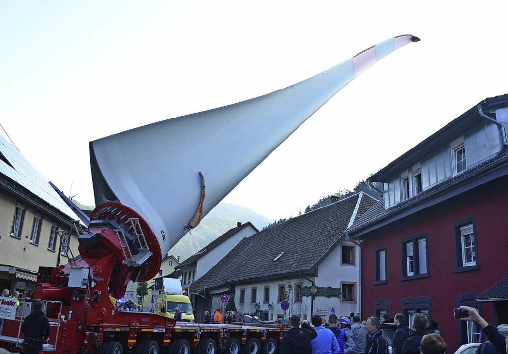 Der Rotorblatt-Transport durch Atzenbach erforderte viel Fingerspitzengefühl   | Foto: Hermann Jacob