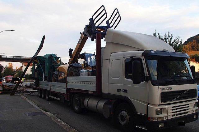 Lastzug reißt Fußgängerbrücke in Laufenburg ein