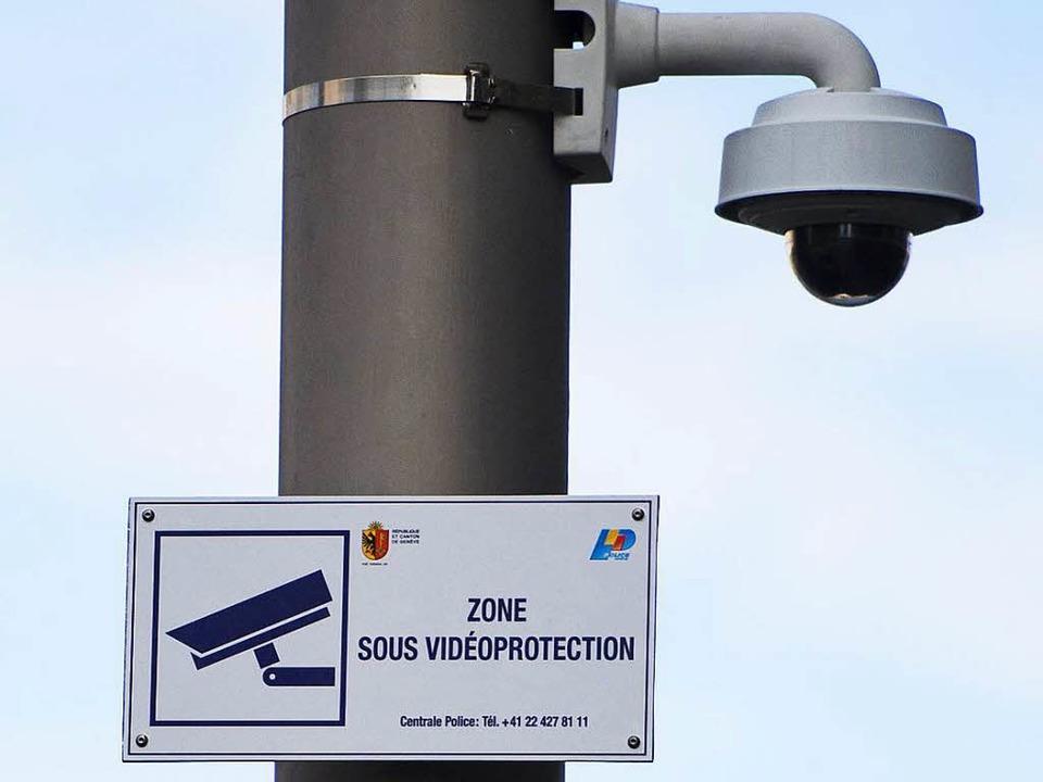 Ein Schild in Genf weist auf Videoüber...t weitere Befugnisse erhalten sollten.    Foto: dpa