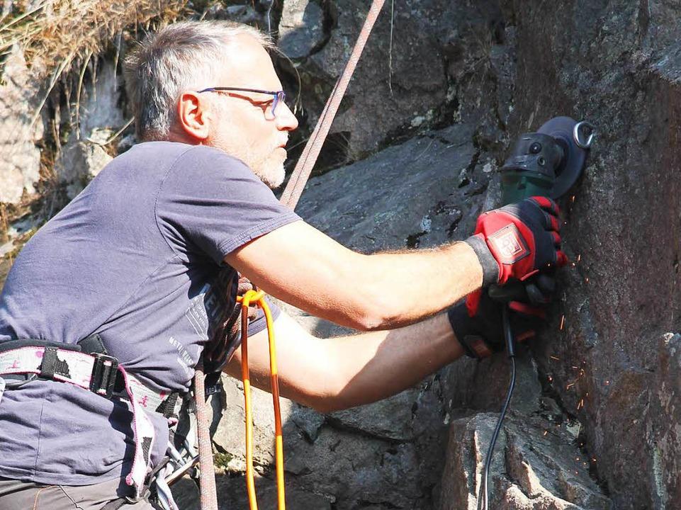 Ralf Weber entfernt einen der am Felsen befestigten Kletterhaken.  | Foto: Cornelia Liebwein