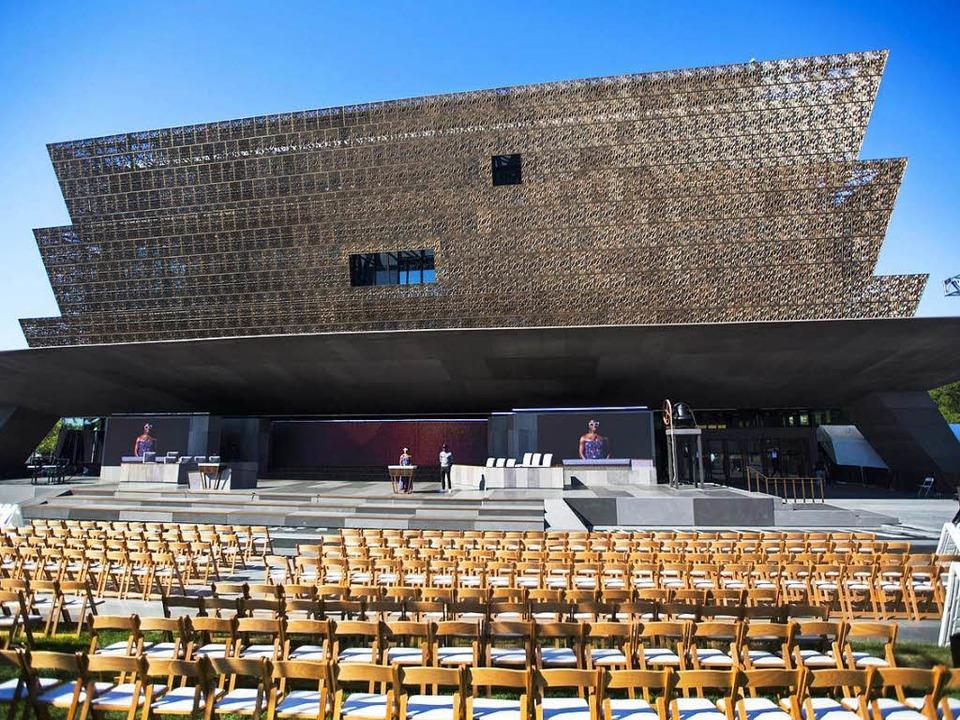 Der beeindruckende Bau wurde vom ghana...n Architekten  David Adjaye entworfen.  | Foto: dpa