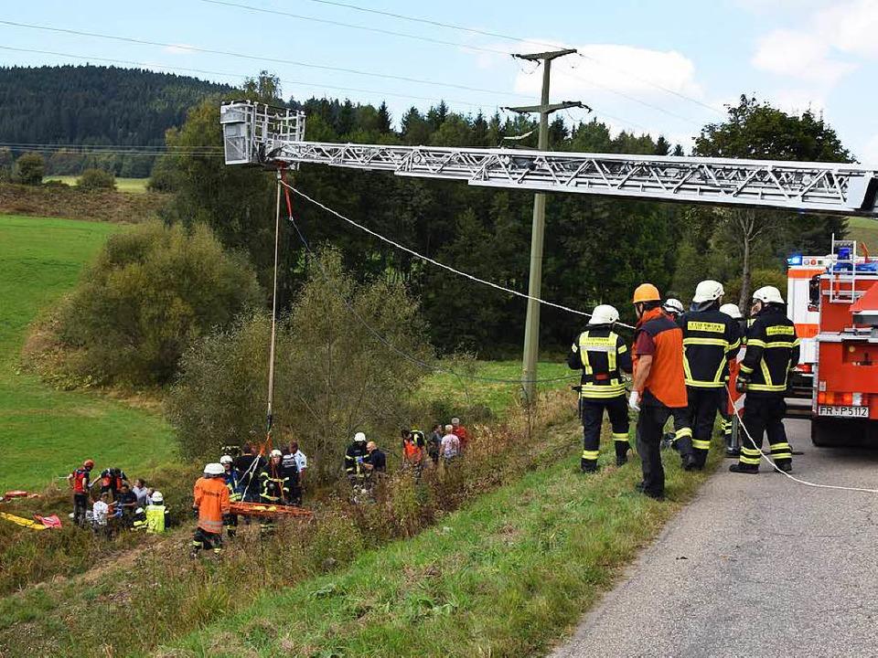 Die Rettungskräfte am Unfallort.    Foto: Martin Ganz