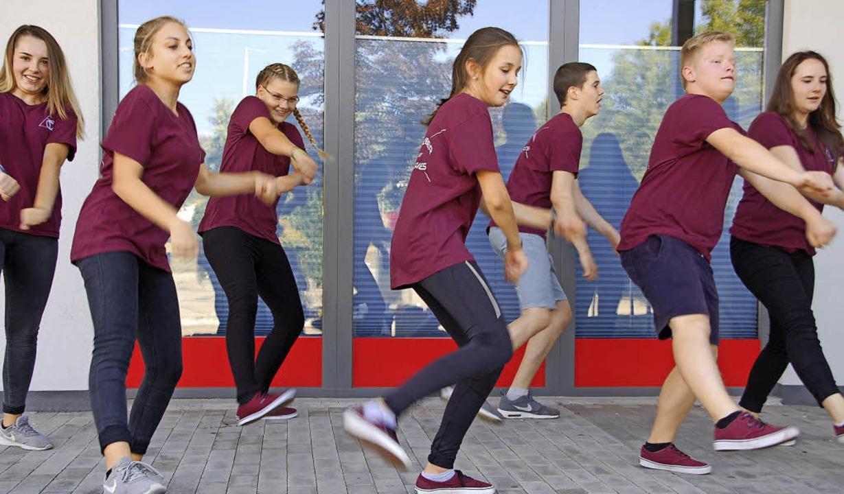 Aktion mit Musik, Tänzer von Just Dance legen sich ins Zeug.   | Foto: Petra Wunderle