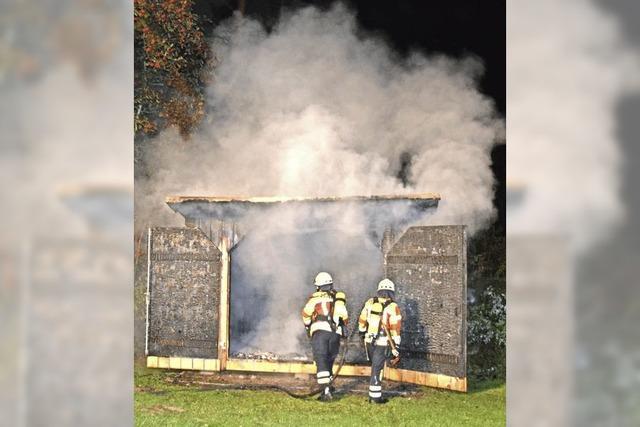 Feuer äschert Schuppen ein