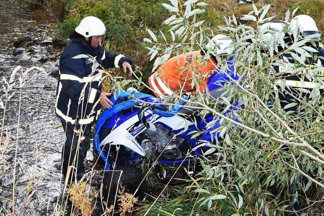 Quadfahrer stürzt Böschung herab und wird schwer verletzt