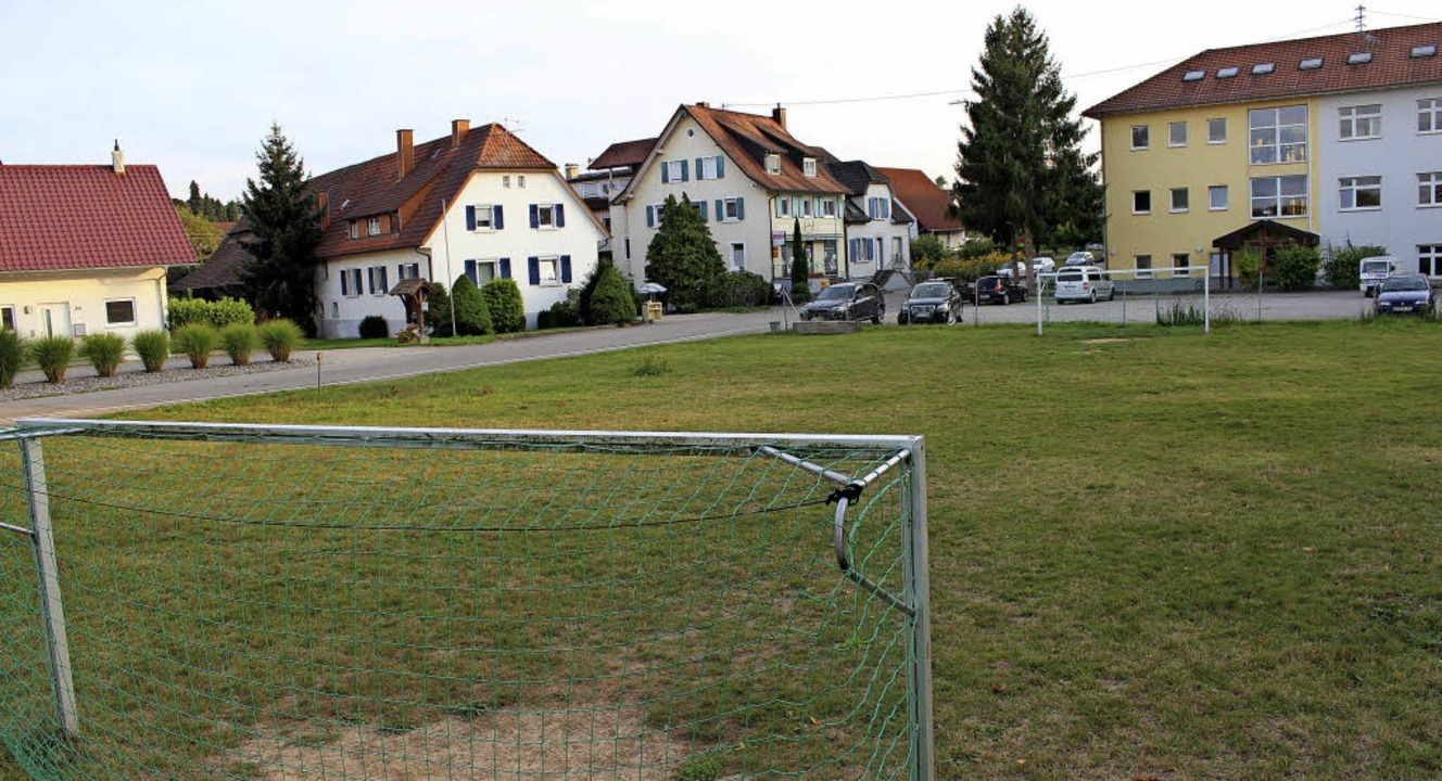 Wo jetzt noch der Bolzplatz sich an da...ein neuer Kindergarten gebaut werden.   | Foto: mario schöneberg