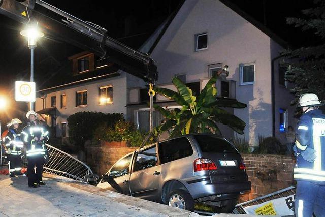 Auto landet nach missglücktem Überholen in einem Bach – Passanten befreien Schwerverletzten