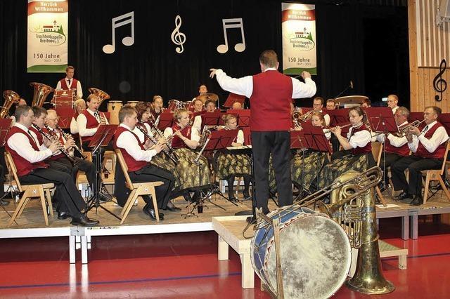 Theater, Musik und Vorführungen der Feuerwehr Feldberg unterhalten in Breitnau