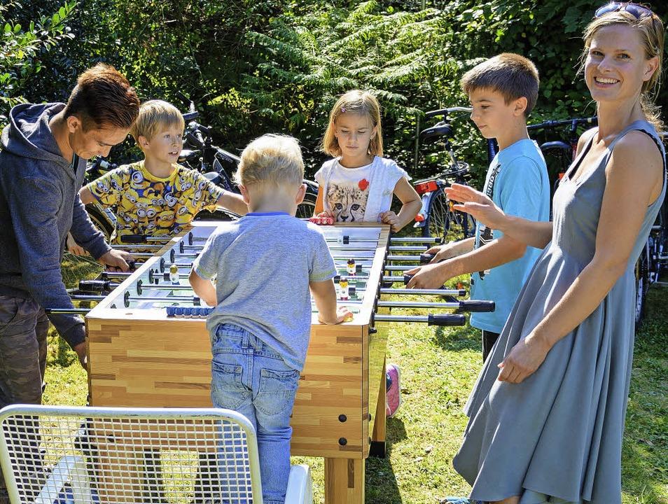 Gastgeber und Gäste haben Spaß am Tischkicker-Spiel.   | Foto: Hanno Müller