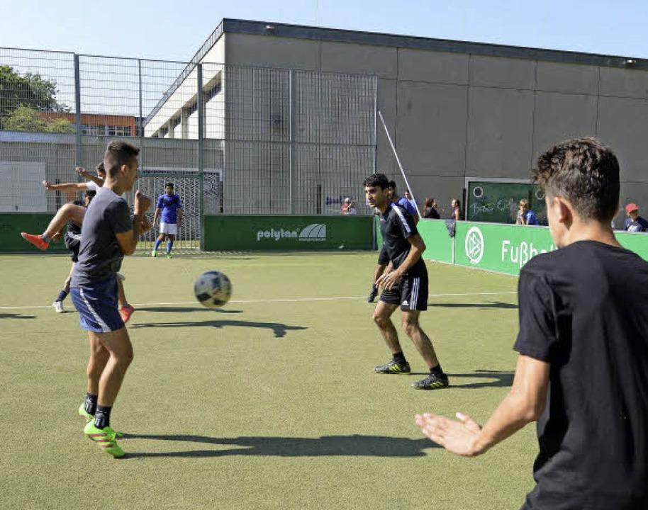 Voll dabei: Die Fußballer auf dem Socc...it mit vielen Requisiten illustrieren.  | Foto: Rita Eggstein
