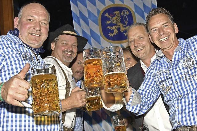Feiern in bayrischer Tracht
