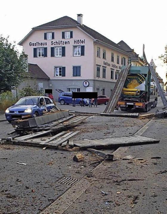 Von der zerstörten Fußgängerbrücke lagen nur noch Überreste auf der Straße.    Foto: Kantonspolizei