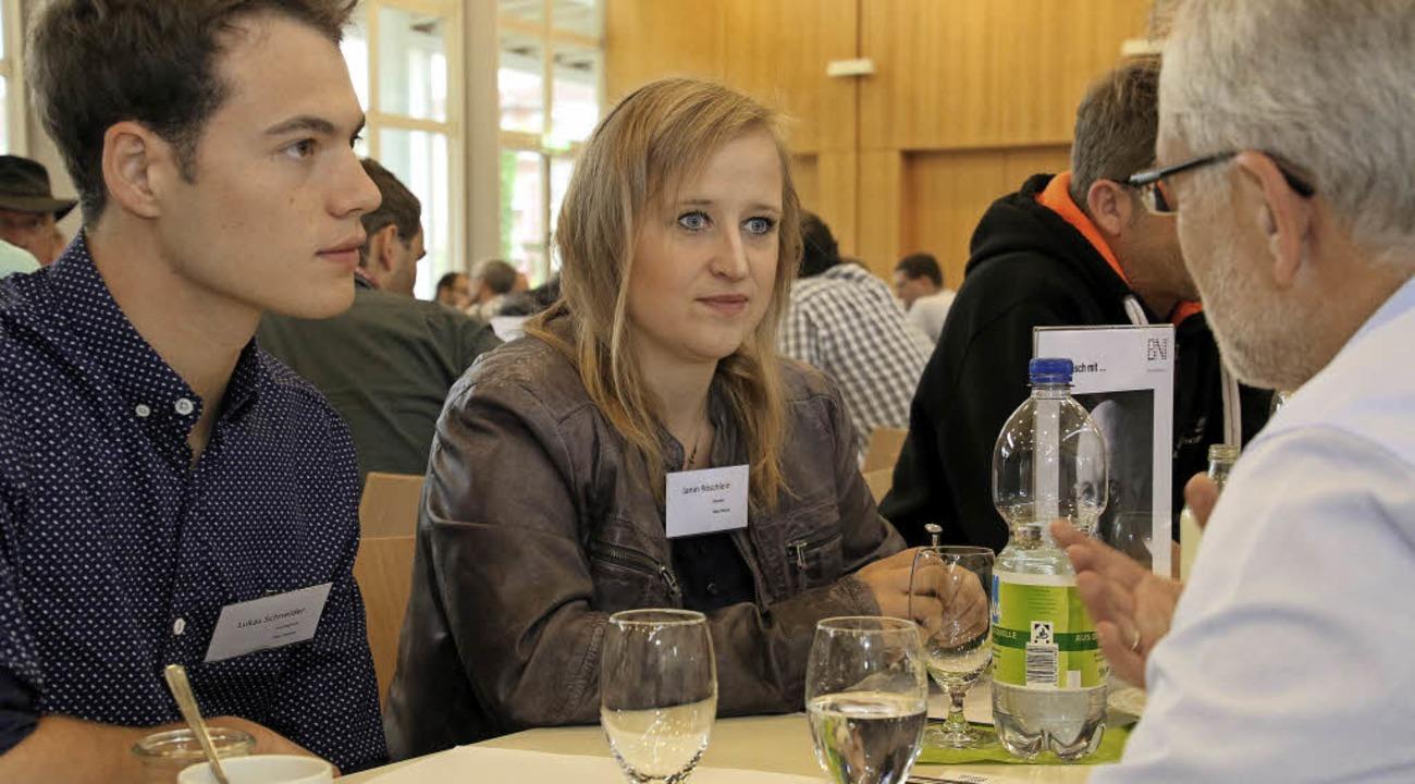 Im Gespräch (von link): Lukas Schneide...r Markgräfler aus Heitersheim, B&M  | Foto: Raphael Baumann