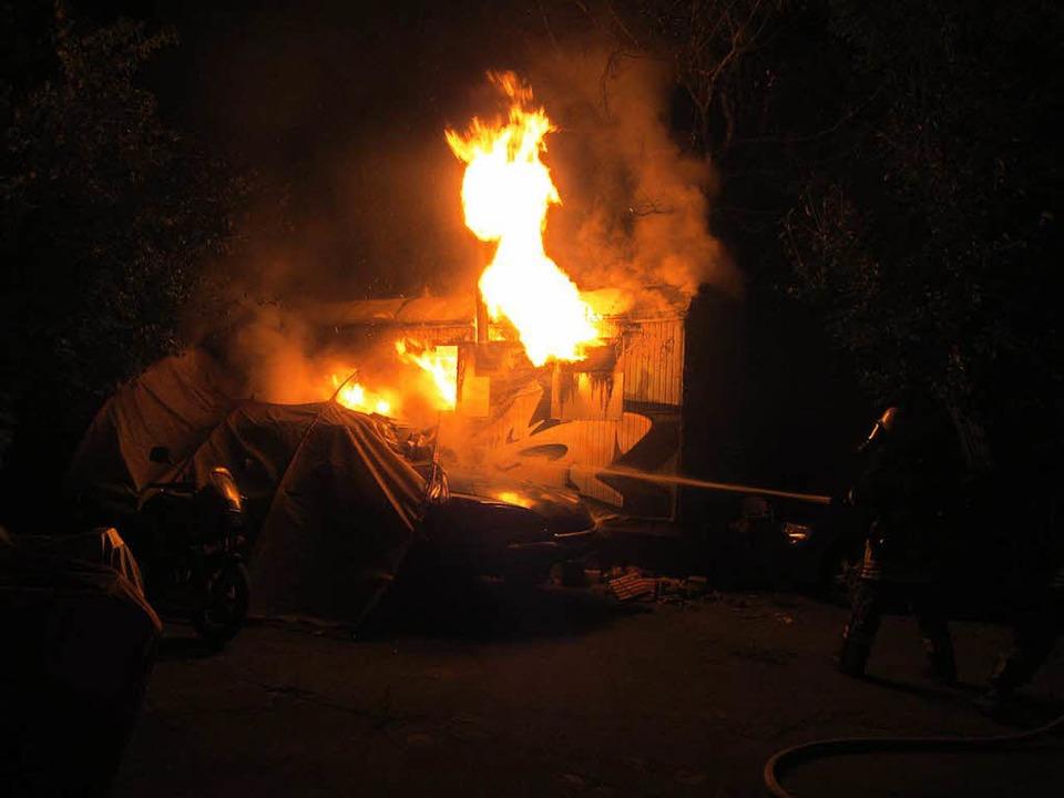 Die Flammen beschädigten auch einen neben dem Bauwagen abgestellten Oldtimer.  | Foto: Polizei RM