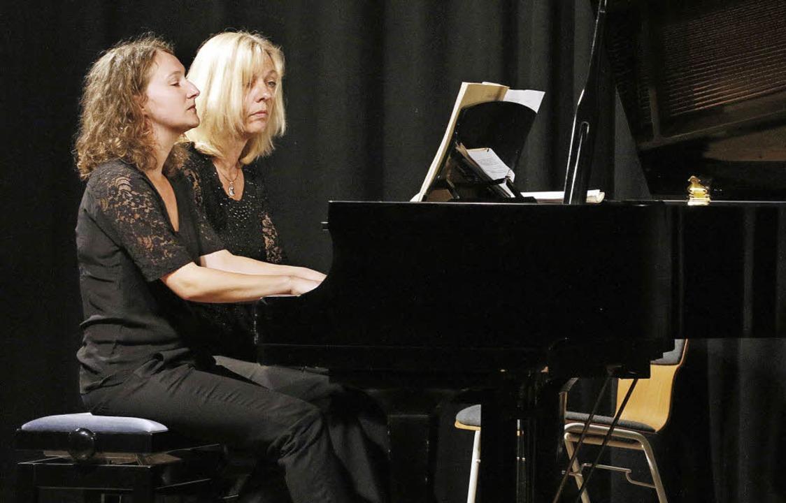 Klavier zu vier Händen mit Pamela Reith und Susanne Schneider   | Foto: Heidi Fössel