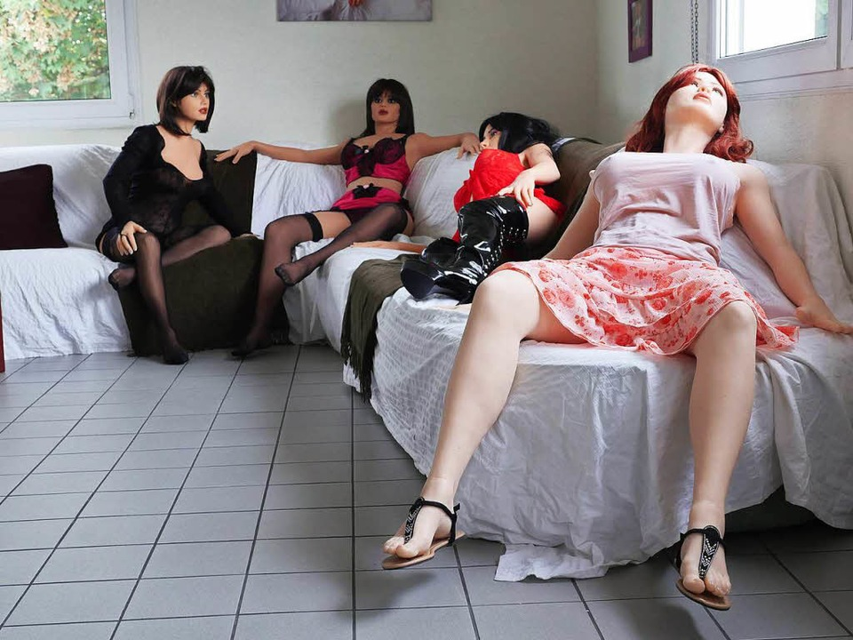 Tania, Swan, Jessyca und Ginger (von l...ts) warten im Showroom auf Kundschaft.    Foto: Jürgens