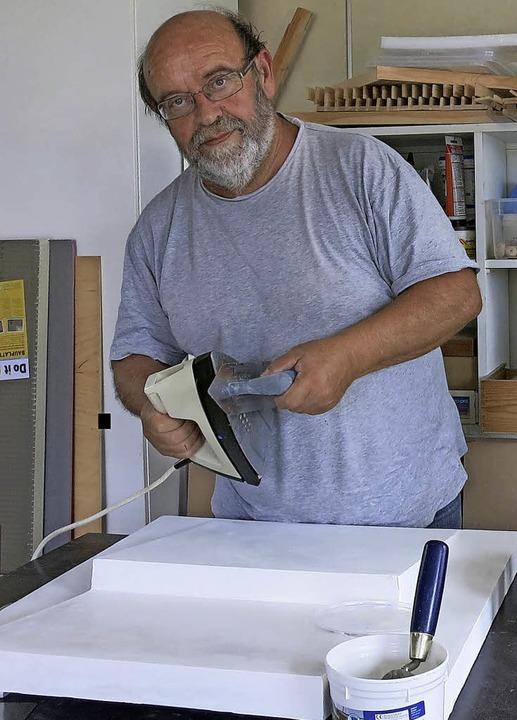 Multitalent Gerhard Birkhofer bei der Arbeit in seiner Werkstatt   | Foto: Mario Schöneberg